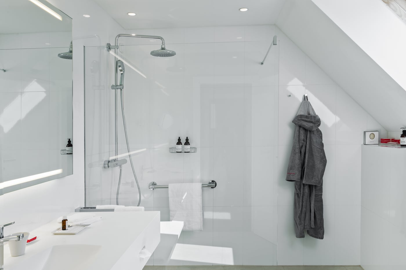 Spacious bathroom with shower in Deluxe Suite VIVAMAYR Maria Wörth