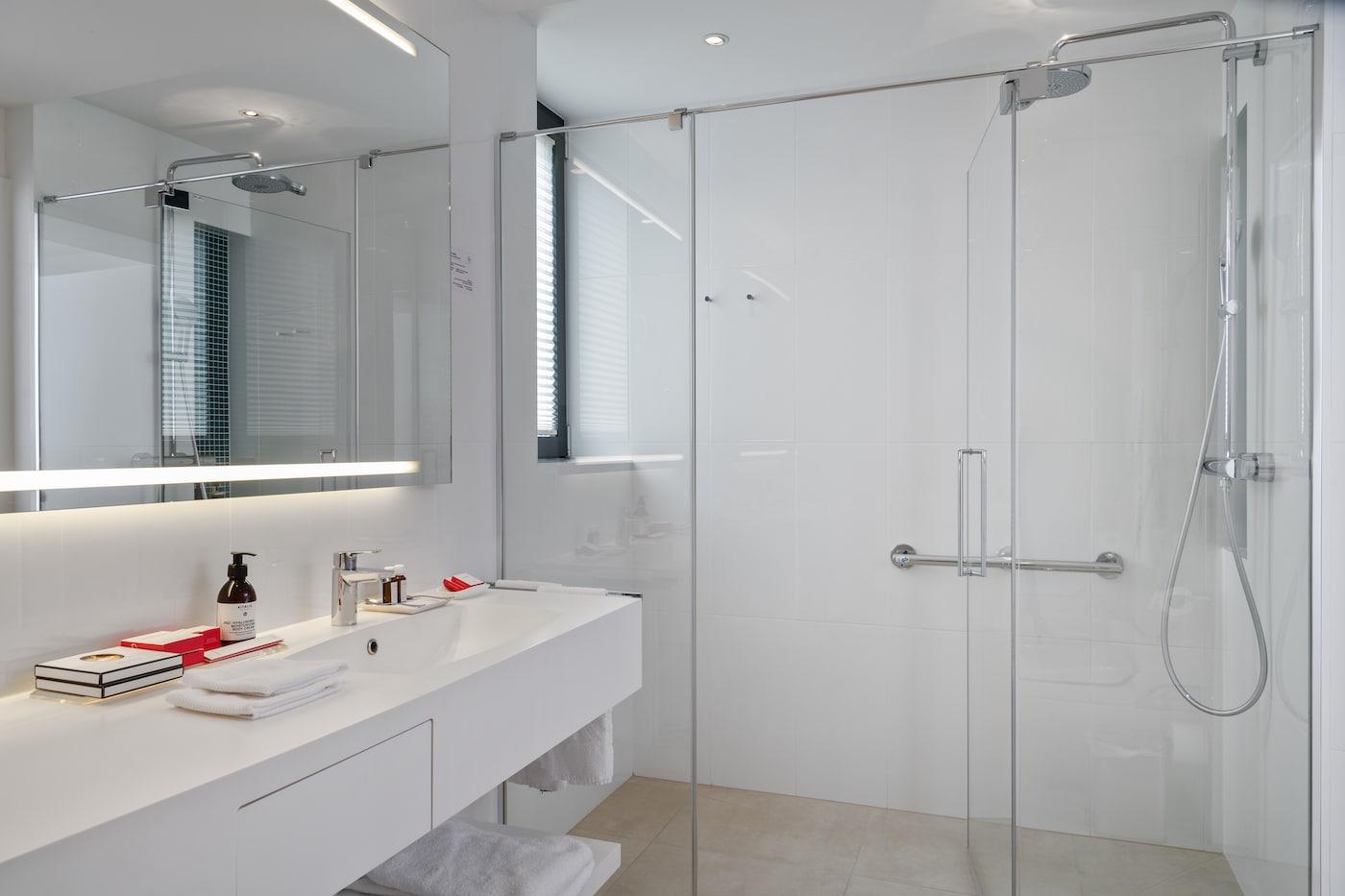 modern bathroom with shower in Junior Suite VIVAMAYR Maria Wörth