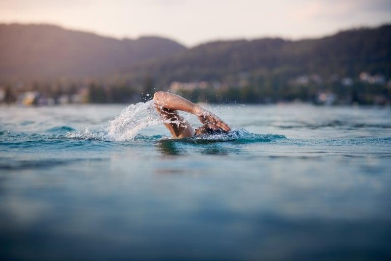 Man swimming sporty in lake